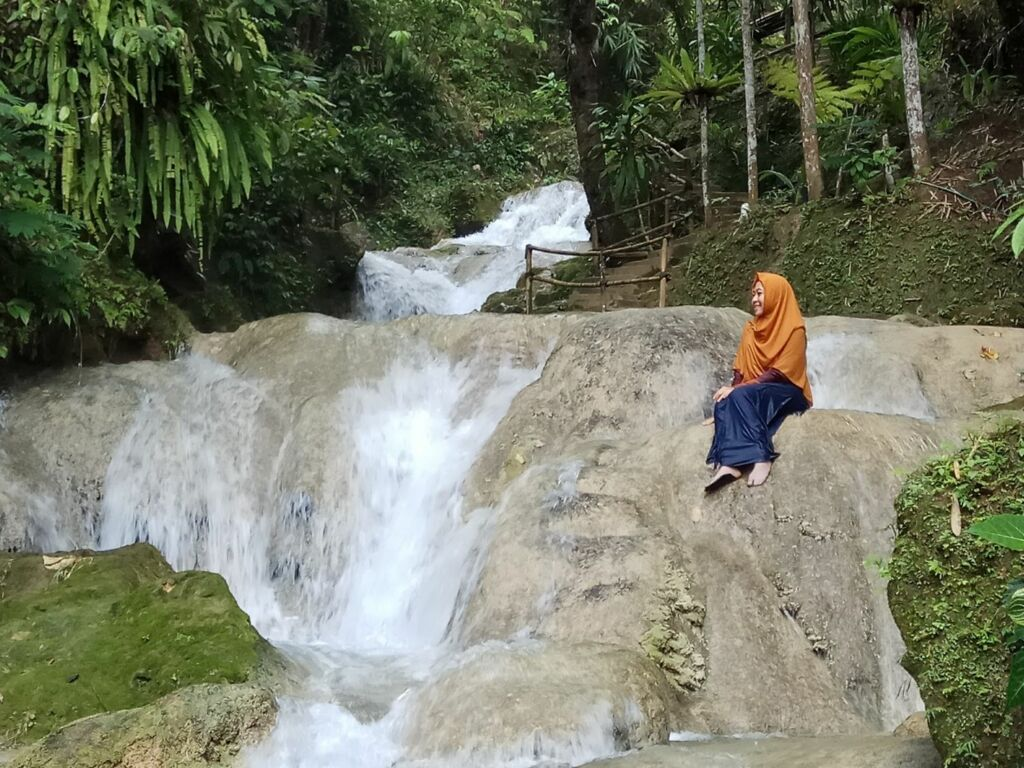 Indahnya Air Terjun di Taman Sungai Mudal yang Berundak - undak