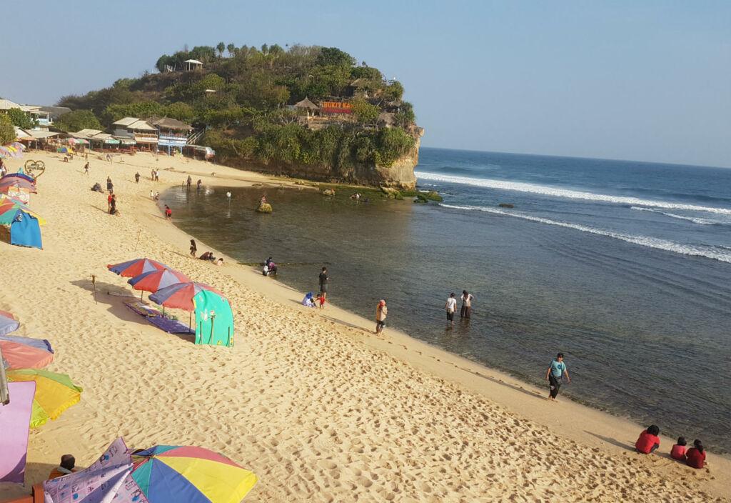 Pantai Indrayanti dengan kondisi pantainya yang bersih