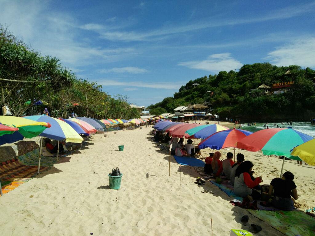 Payung-payung di tepi Pantai