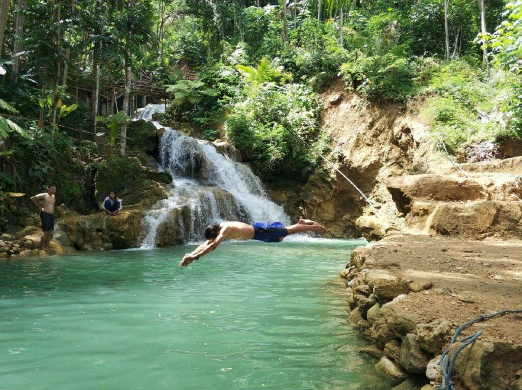 Pengunjung sedang Terjun untuk Berenang di Sungai Mudal