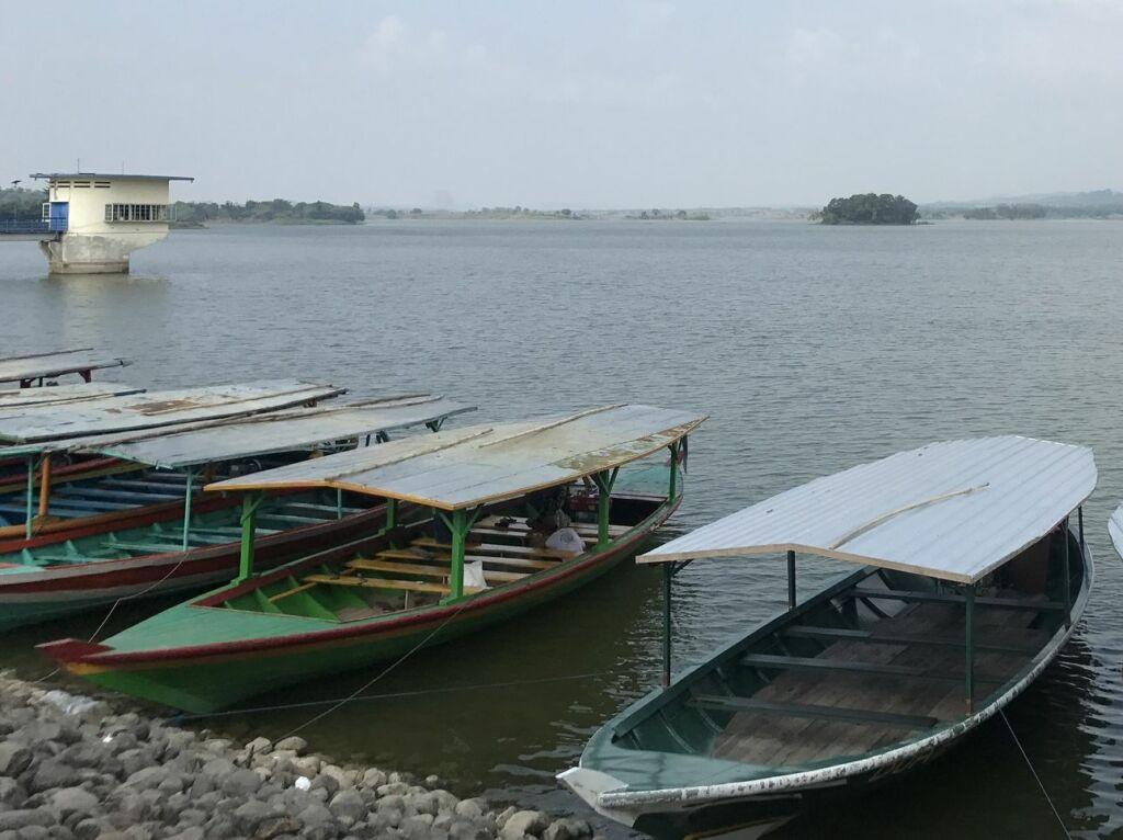 Perahu yang Siap Berkeliling Waduk Cacaban
