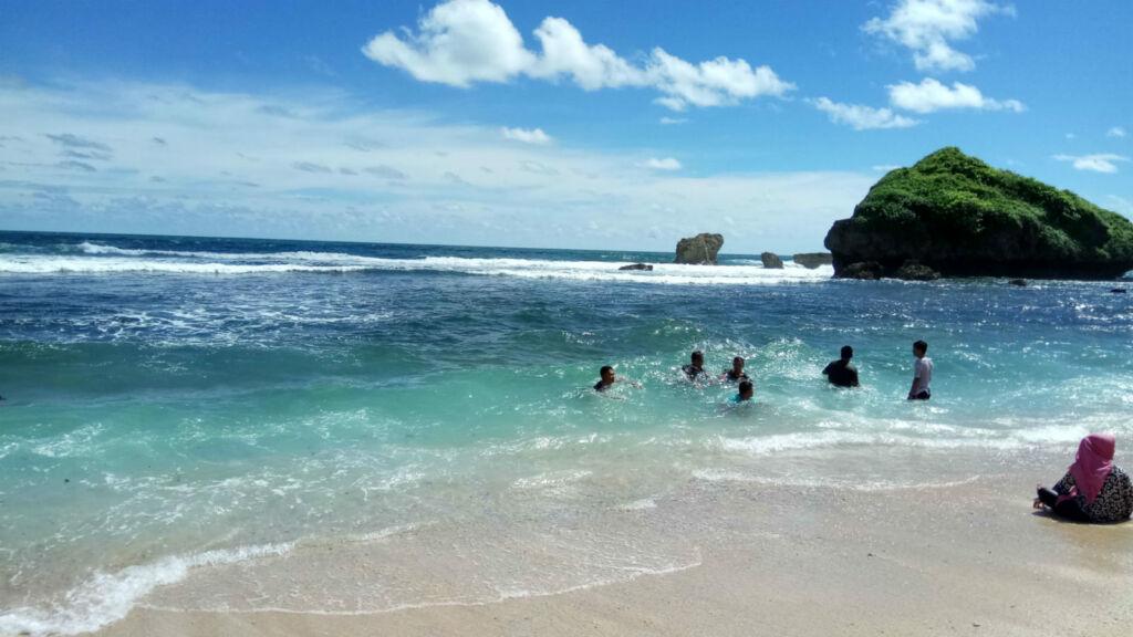 pengunjung berenang di pantai