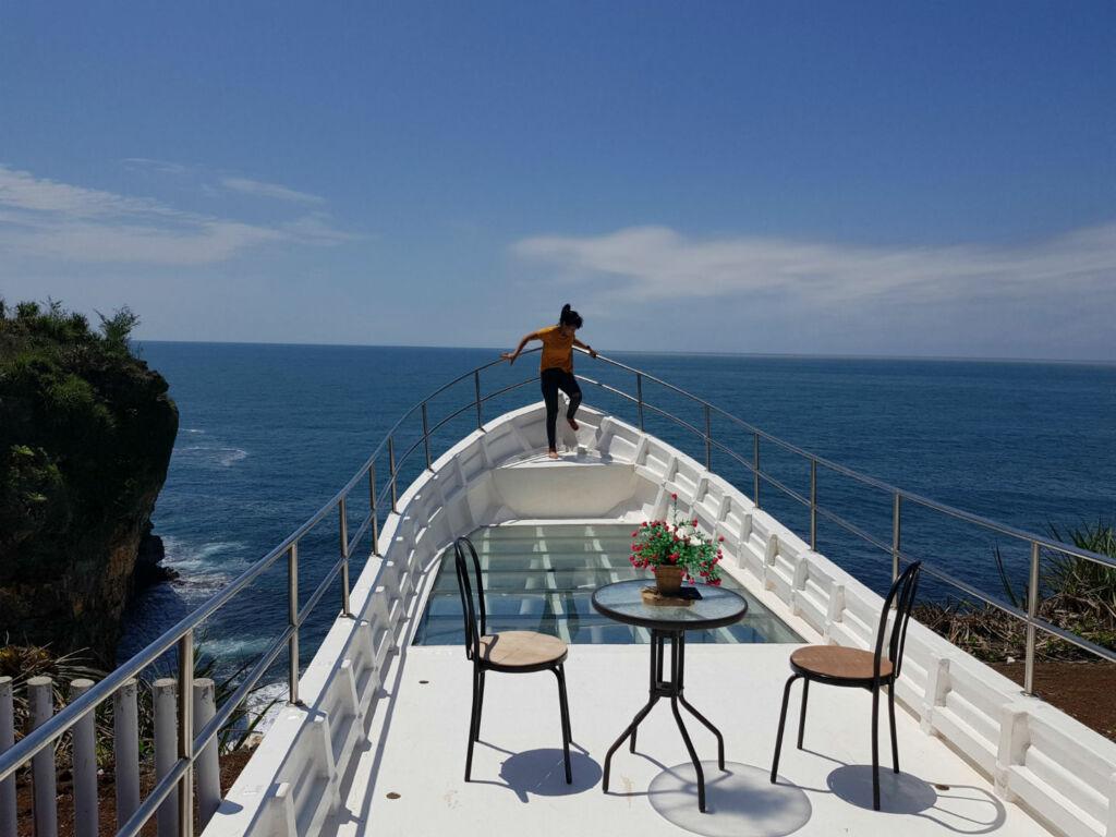 Spot Perahu Raksasa di Teras Kaca Nguluran