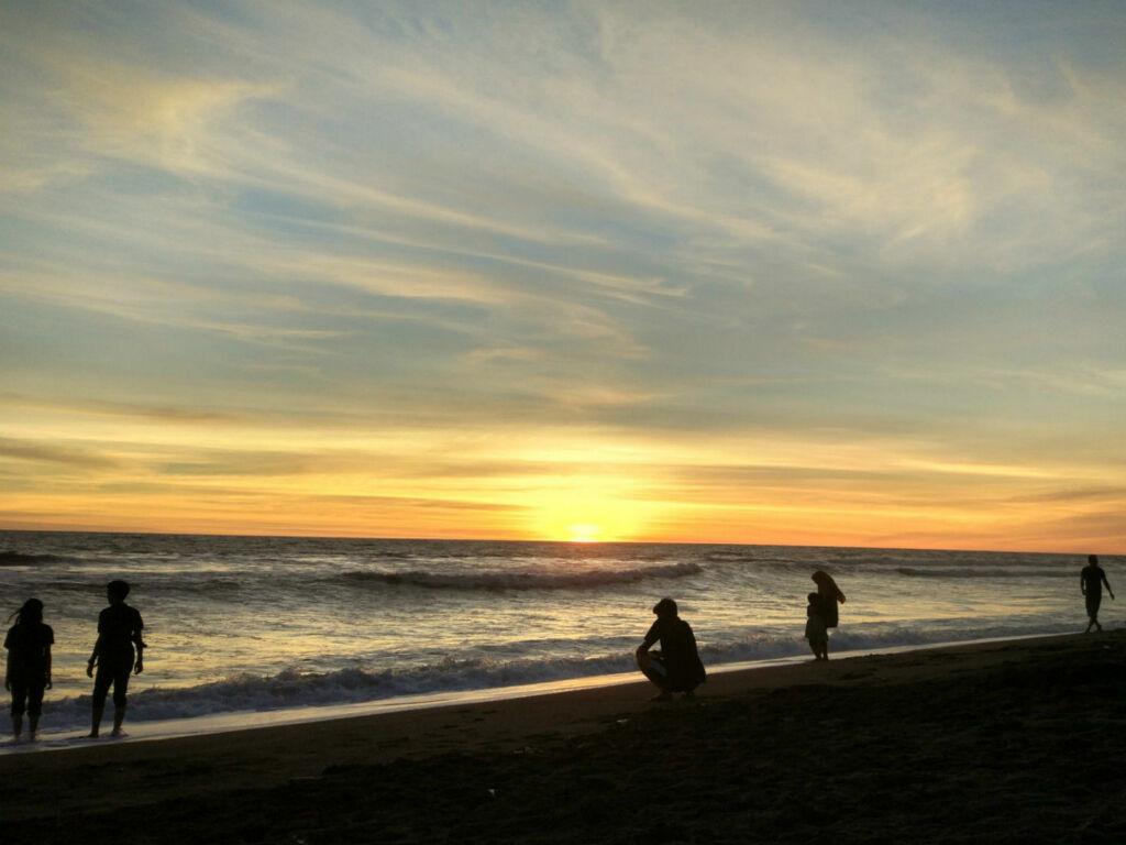 Pemandangan saat senja di Pantai Baru