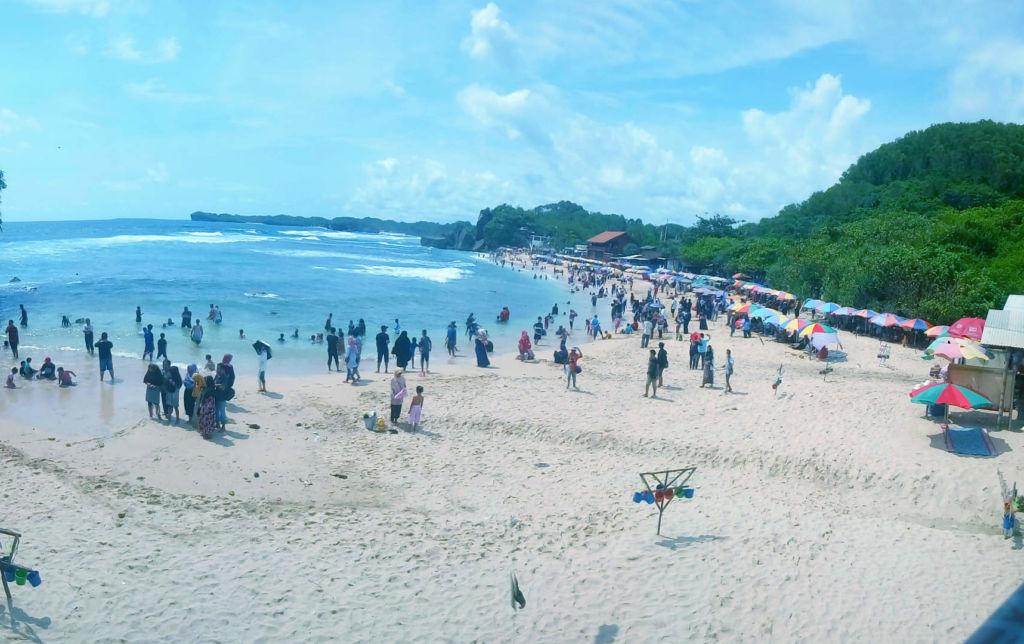 pasir putih di tepi laut menajdi daya tarik utama pantai ini
