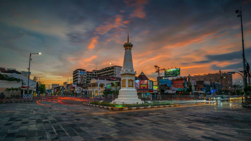 Tugu Pal Putih tepat di pusat kota yogyakarta