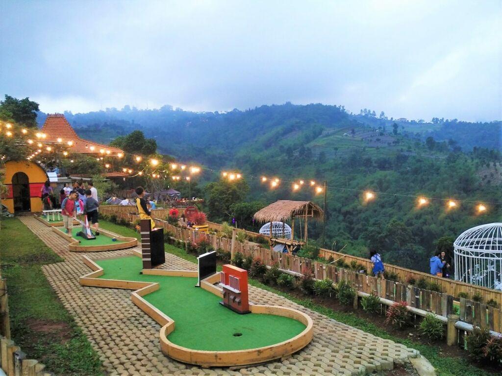 mini golf Punclut tempat wisata di Bandung dengan panorama perbukitan