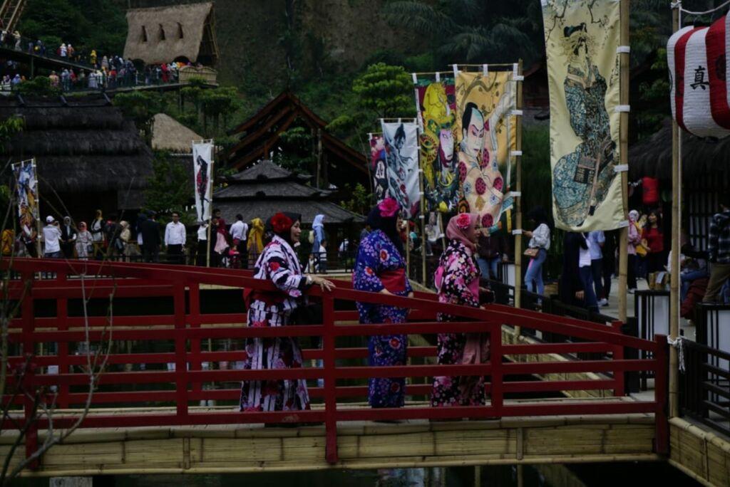 Area jepang dengan kostum khas negri sakura