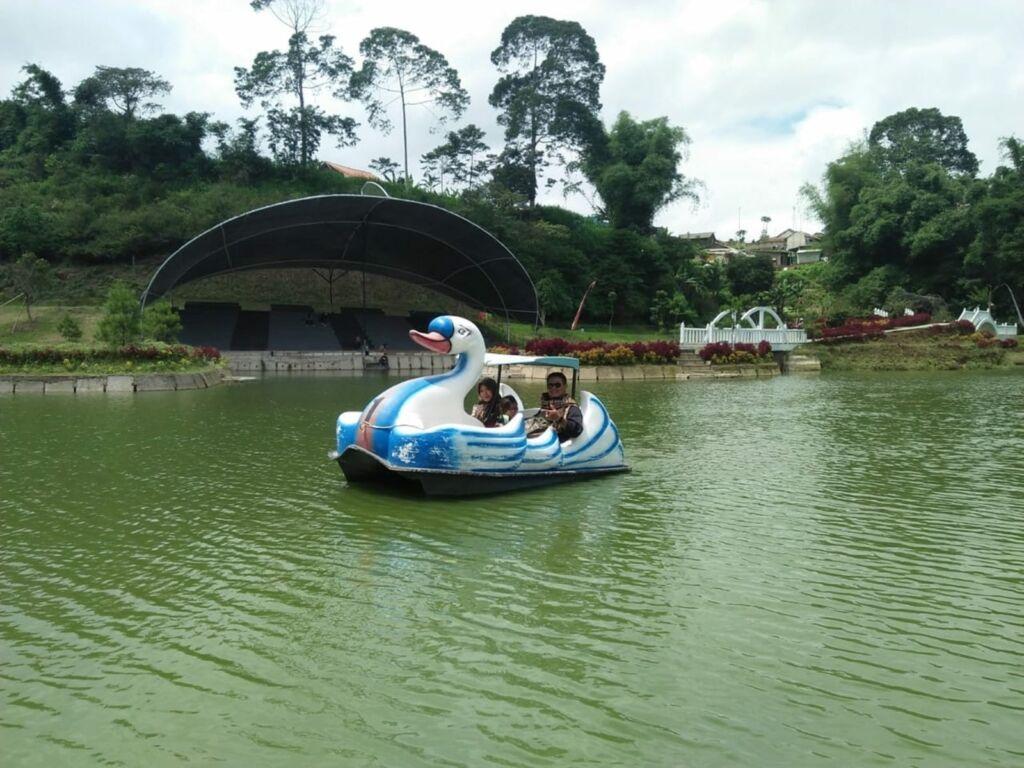 bebek-bebekan atau sepeda air tersedia di taman lembah dewata lembang