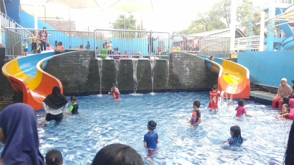Air terjun mini di kolam renang paragon depok