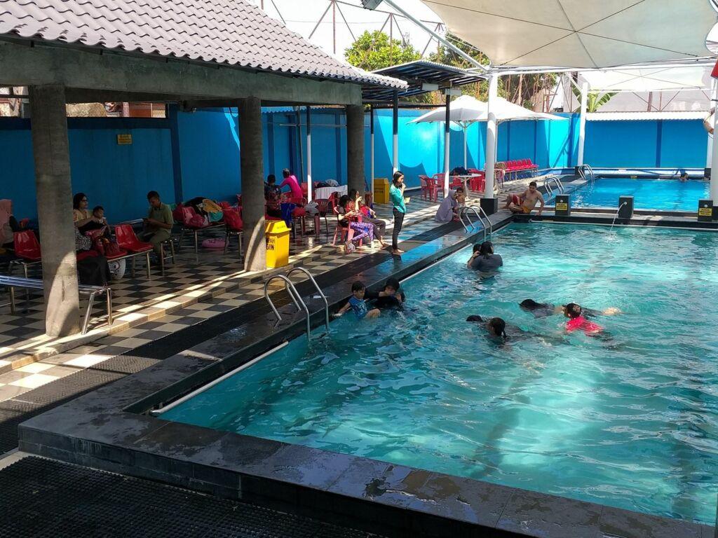 Area bersantai di kolam renang paragon