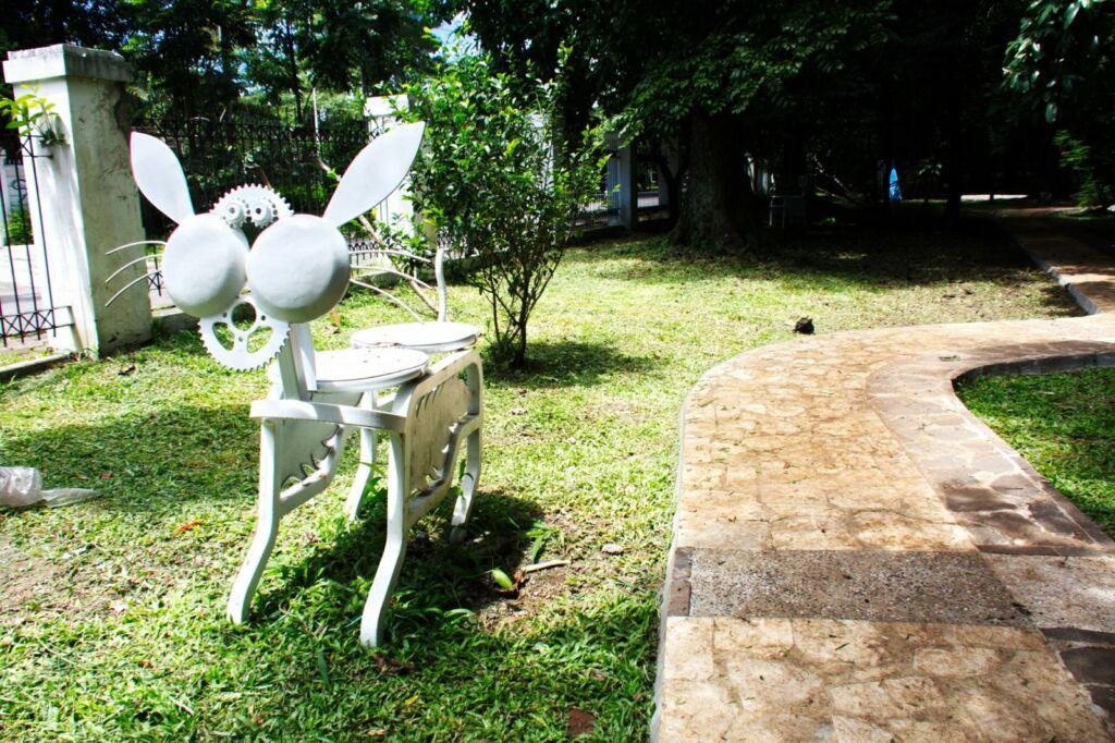 Permainan anak berbentuk hewan di pet park