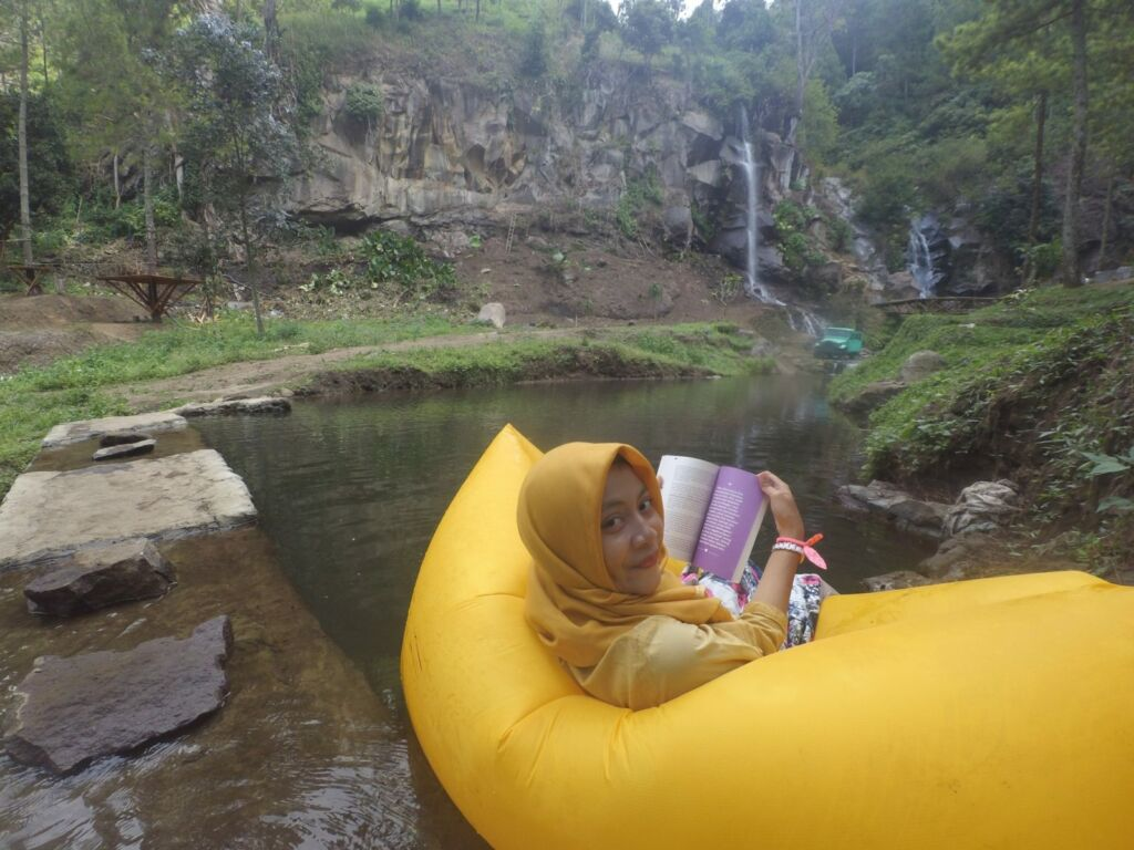 Bersantai di atas Perahu Karet di Kolam Coban Putri