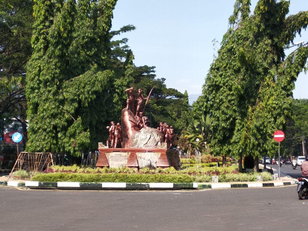 Monumen Juang 45 di tengah Jalan