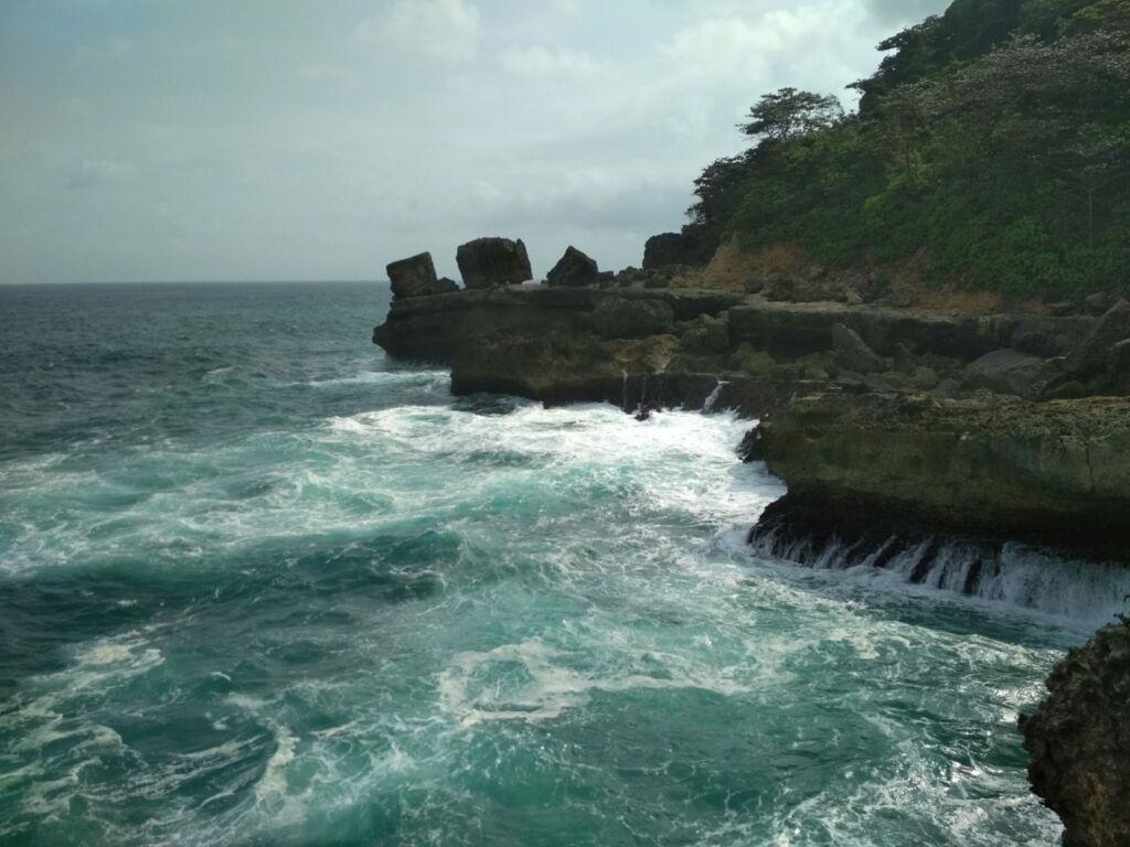 Tebing di Pantai Kedung Tumpang