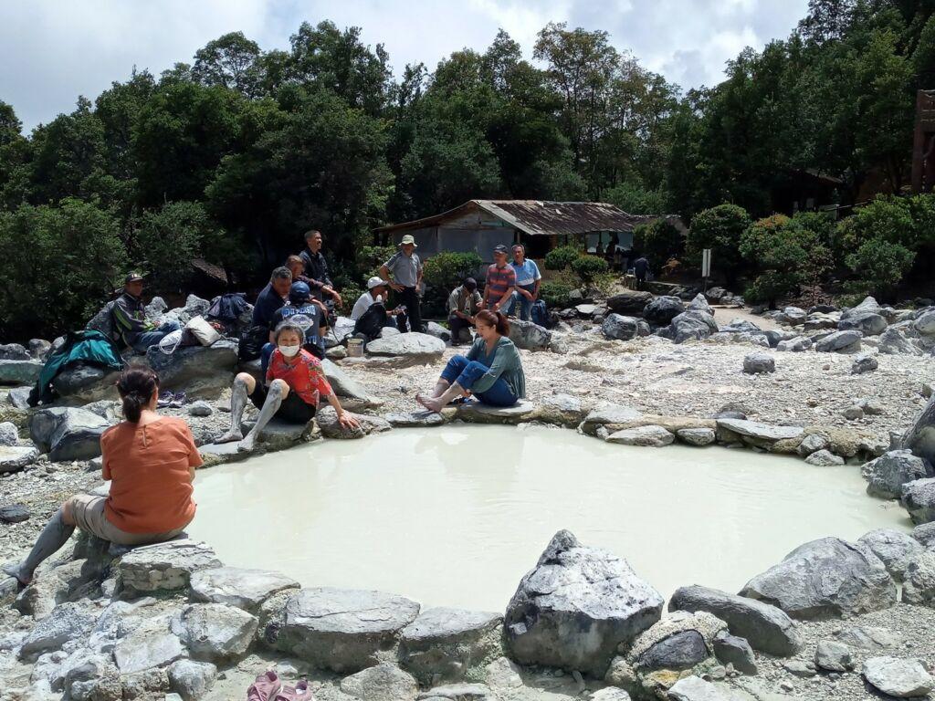 Wisatawan mencoba lulur menggunakan lumpur belerang