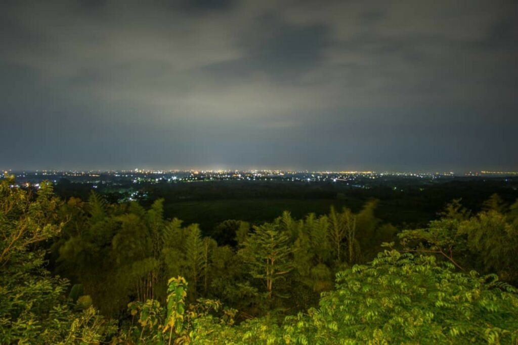 Pemandangan citylights dari bukit gronggong