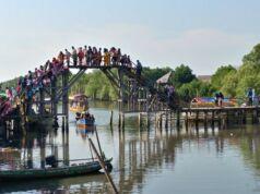 Berwisata di Jembatan Cinta