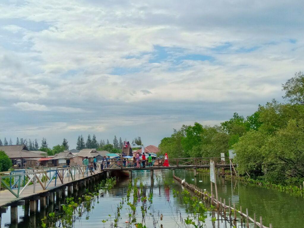 Wisatawan melintasi jembatan