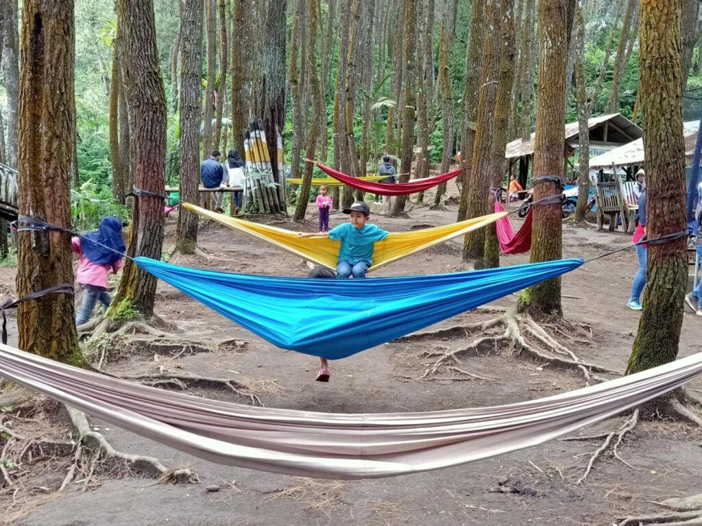 Jajaran hammock berwarna-warni