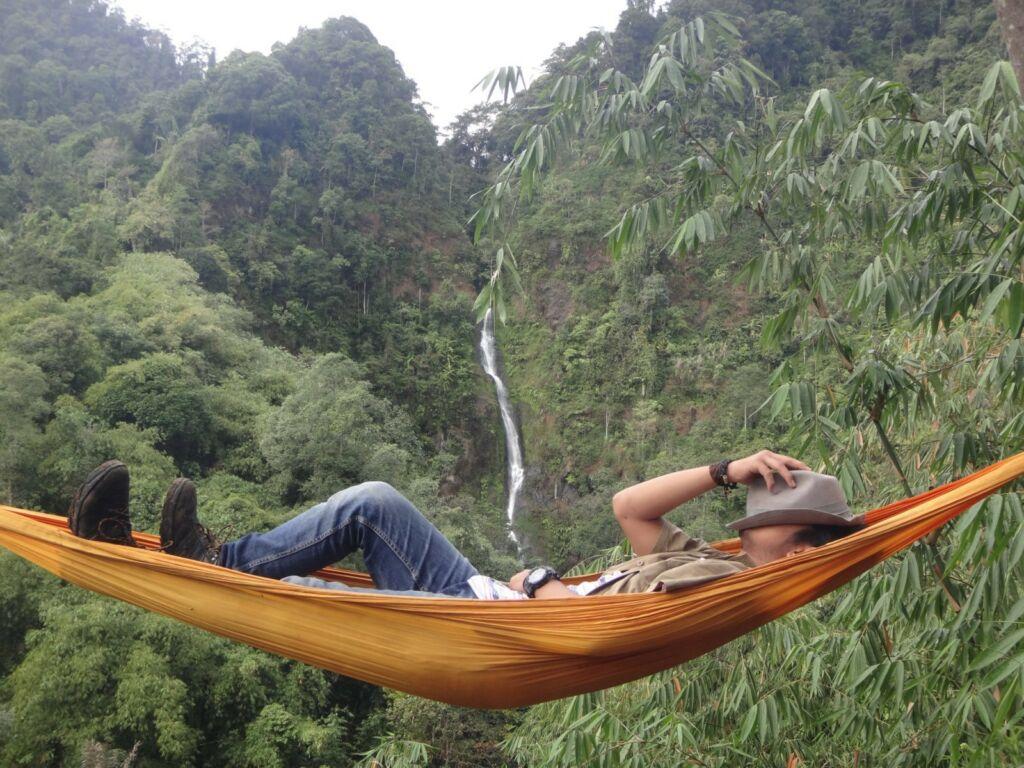 Pengunjung berayun di hammock