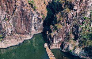 2 tebing yang mengapit sungai membentuk kolam alami eksotis