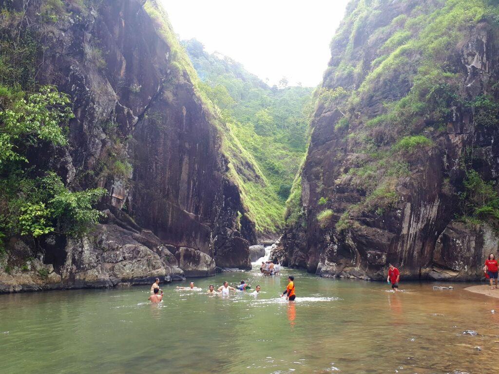 Wisatawan asyik bermain air di Leuwi Tonjong