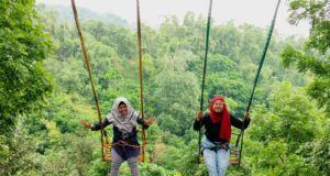 Berayun di Ayunan Tepi Jurang taman rekreasi claket adventure park
