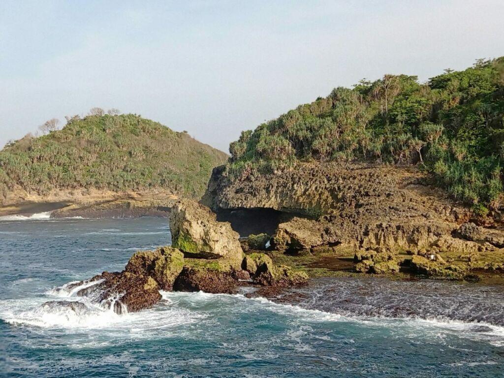 bukit karang di tepi pantai