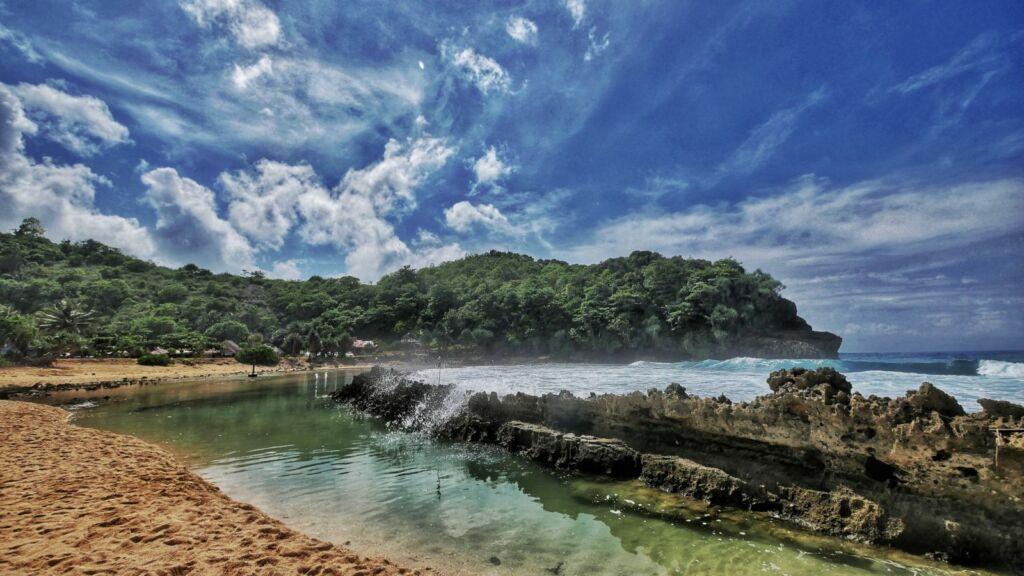 Kolam Alami yang Dibatasi Batu Karang