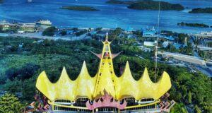 Menara Siger dengan Latar Belakang Pemandangan Laut yang Indah