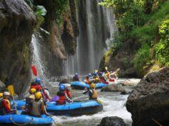 Para Pengunjung yang Siap Mengarungi Jeram Sungai Pekalen