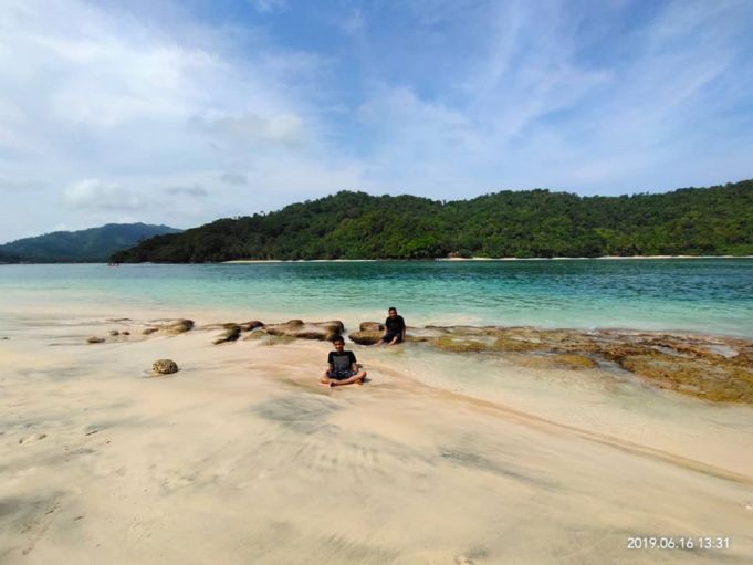 Pasir Pantai dan Air Laut yang Menyatu di teluk kiluan