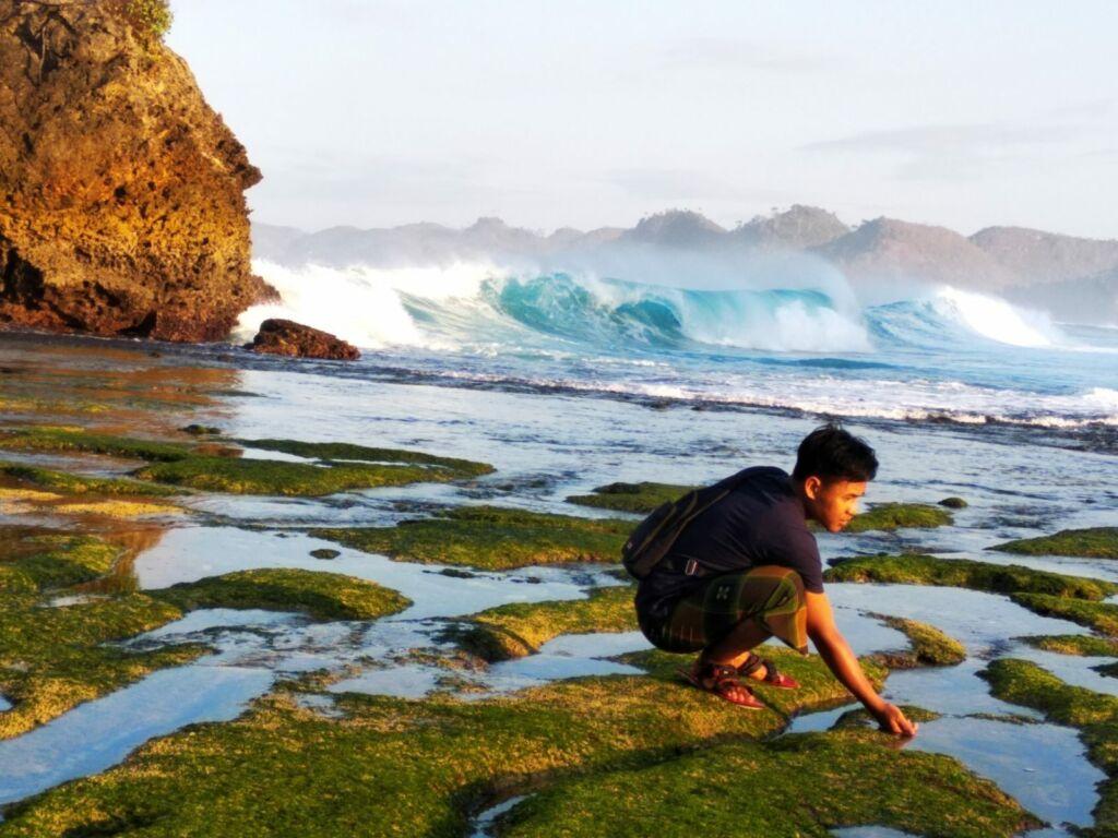 Tingginya Ombak Pantai di Pantai Batu Bengkung