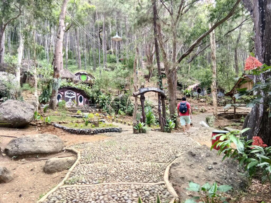 Tiga rumah hobbit di tengah hutan
