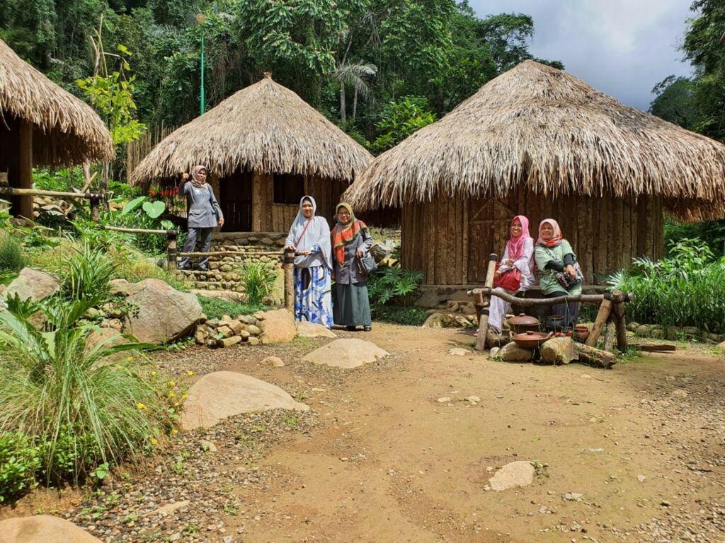 Berfoto di kampung Papua