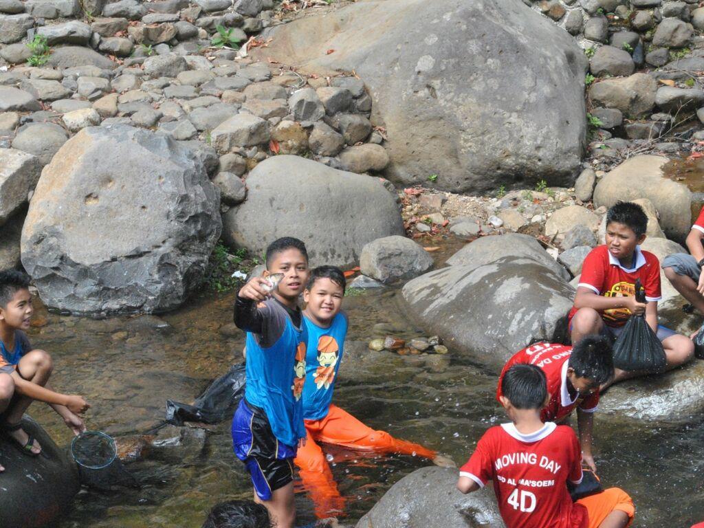 Menangkap ikan di sungai