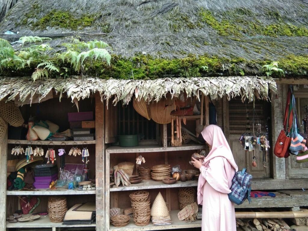 Pengunjung memilih suvenir yang tersedia di kampung naga