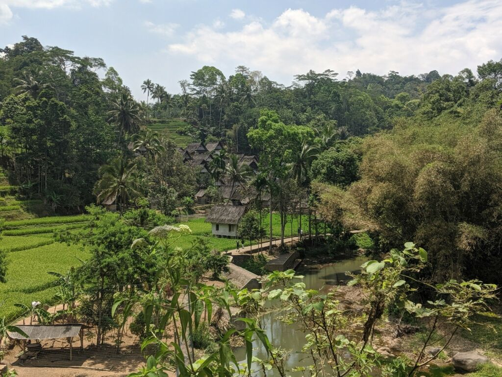 kampung naga Dikelilingi hutan dan sawah