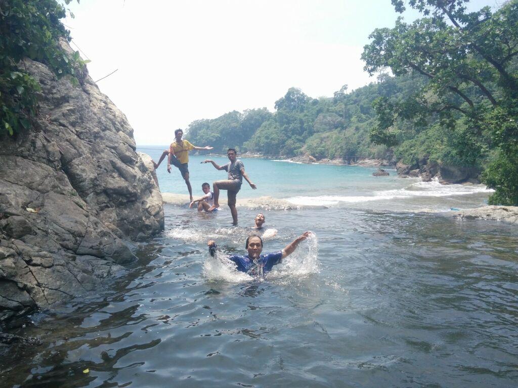 pengunjung bermain air