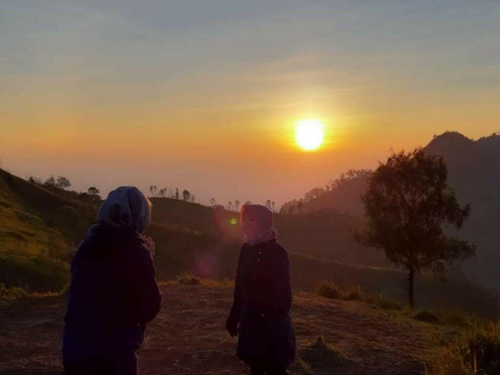 Pemandangan matahari terbit dari bukit mongkrang