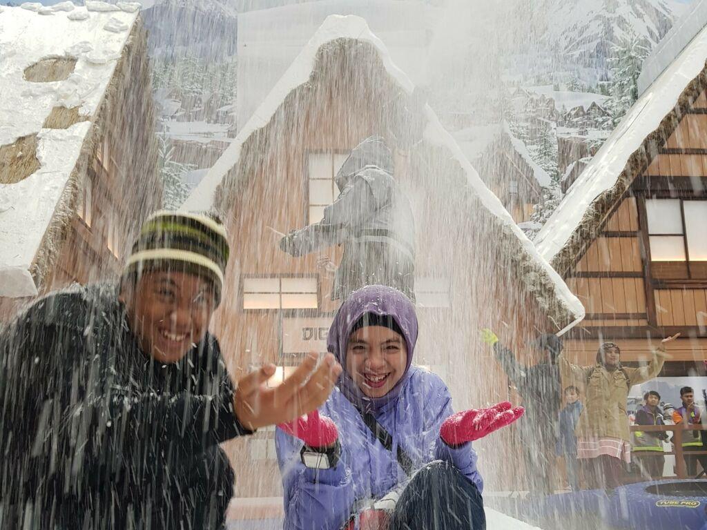 Menikmati hujan salju di trans snow world bintaro