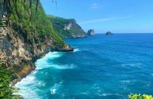 Air Terjun Peguyangan Nusa Penida berada di tepi laut