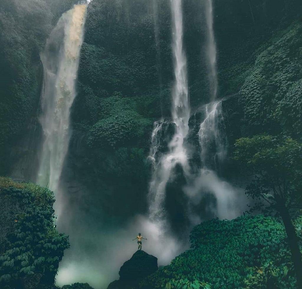 Air Terjun Sekumpul memiliki dua buah aliran air terjun dengan sumber air yang berbeda - waterfall_sekumpul