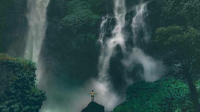 Air Terjun Sekumpul Buleleng Bali memiliki dua buah aliran air terjun dengan sumber air yang berbeda - waterfall_sekumpul