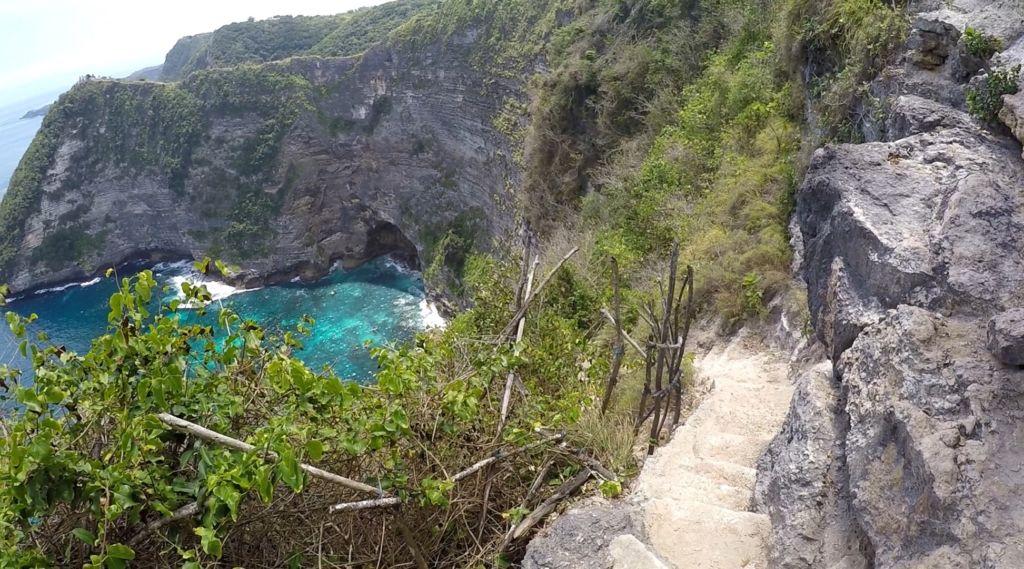 Akses anak tangga di tebing untuk turun menuju lokasi Air Terjun Seganing Klungkung Bali - Marcel Sinn