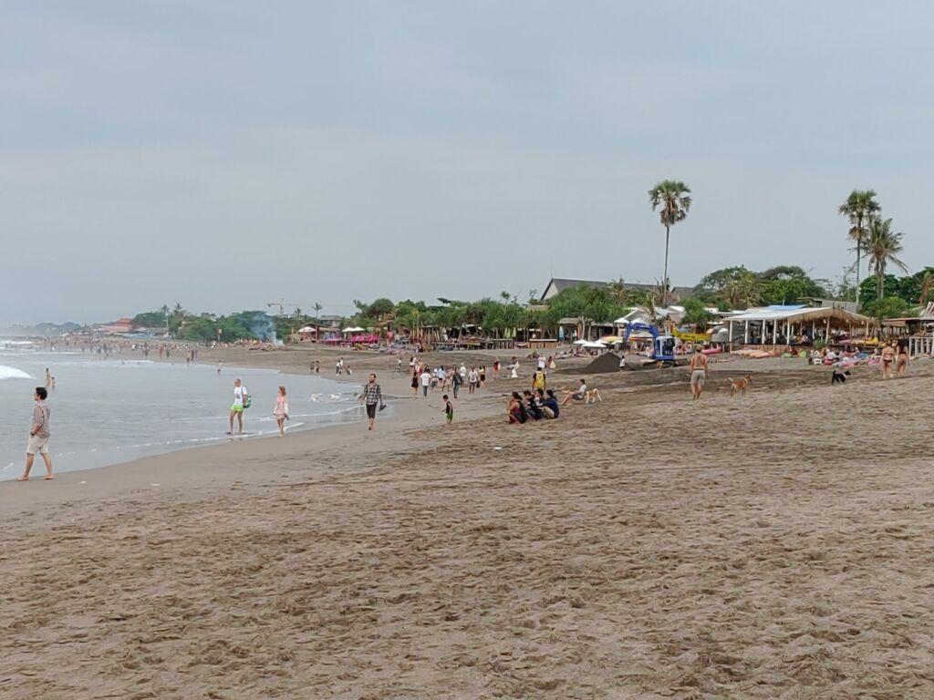 Aktivitas Pengunjung di Pantai Berawa