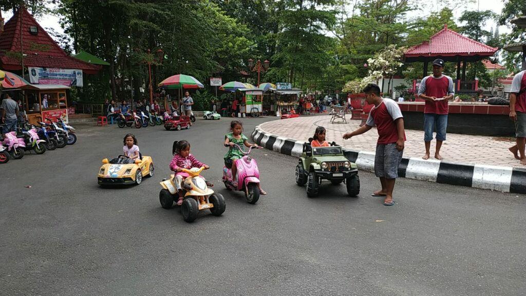 Anak-anak Bermain Mobil-mobilan di Taman Kebon Rojo Blitar. Foto: Google Maps / robertus hari kristanto