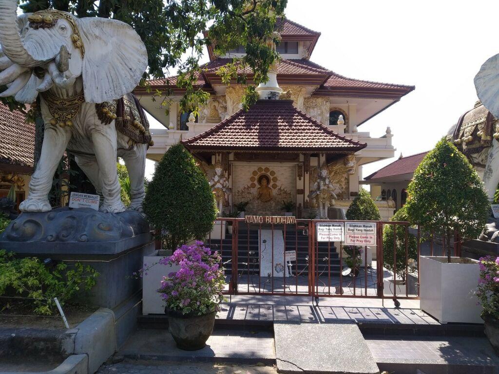 Bangunan Vihara tempat peribadatan bagi umat Buddha di dalam kawasan Puja Mandala Badung Bali