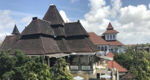 Bangunan peribadatan Puja Mandala Badung Bali saling bersebelahan dalam satu barisan memanjang